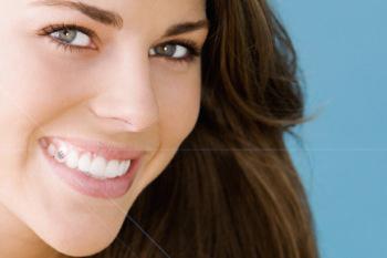 2 фото красивой девушки с улыбкой