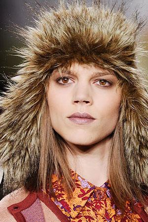 Анна Сью придумала стильную молодежную шапку шлем, напоминающую шлемы танкистов времен второй мировой войны.