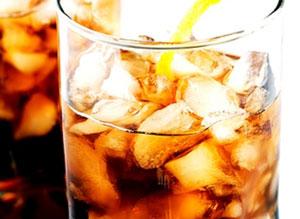 Nasypeme льда Кубок кубиками, залить водкой, Калуа и перемешать.