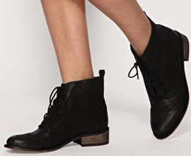 5963d264d52d На подиуме довольно мирно уживаются ботильоны, ботфорты, классическая  женская обувь на каблуке и грубые ботинки а ля Гаврош и Оксфорд.