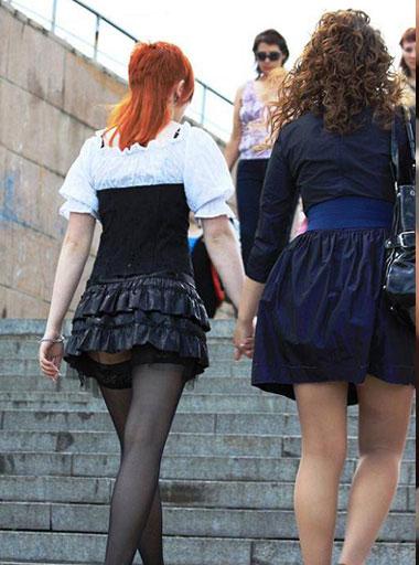 девочки в чулках под юбкой