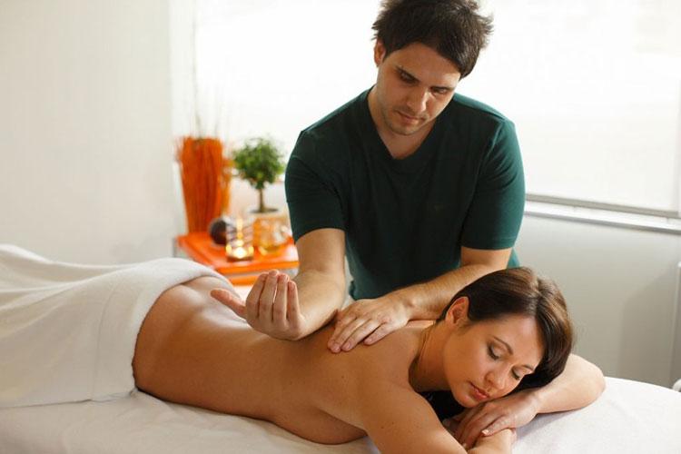 тайка делает массаж мужчине