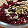 Осеннее лакомство: Готовим салат из свеклы с чесноком и орехами