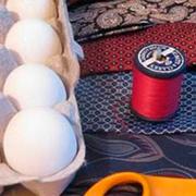 Как покрасить пасхальные яйца тканью?