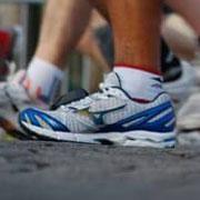 Почему ученые считают бег в кроссовках вредным?