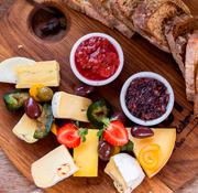 Сырная тарелка. Как подобрать сорта сыра, хлеб и вино